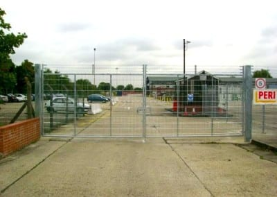 welded-mesh-barbed-wire-rising-arm-peri-ltd-brentwood-essex-01